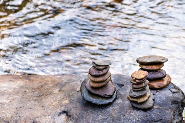 Pilhas equilibradas de rochas zen em um riacho