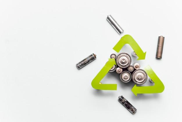 Pilhas usadas com vista superior do sinal de reciclagem