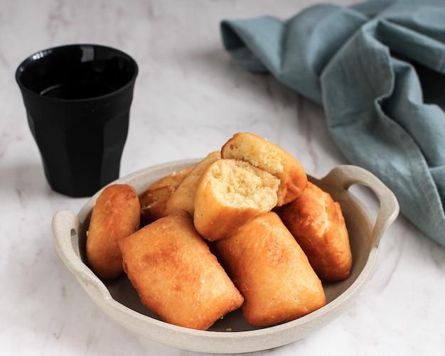 Pillow bread or odading é um alimento de rua indonésio de bandung, west java. roti bantal feito de farinha, ovo, leite e fermento