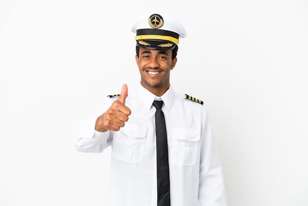 Piloto de avião afro-americano sobre fundo branco isolado com polegar para cima porque algo bom aconteceu