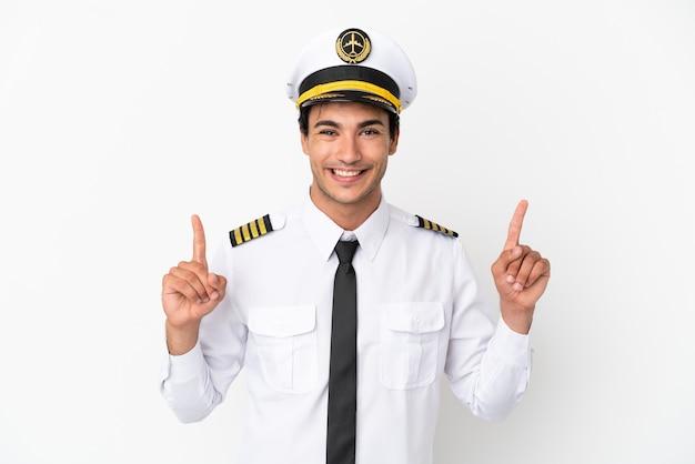 Piloto de avião sobre fundo branco isolado apontando uma ótima ideia
