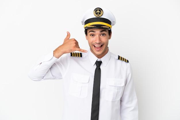 Piloto de avião sobre fundo branco isolado, fazendo gesto de telefone. ligue-me de volta sinal
