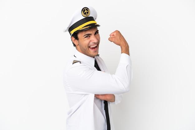 Piloto de avião sobre fundo branco isolado fazendo um gesto forte