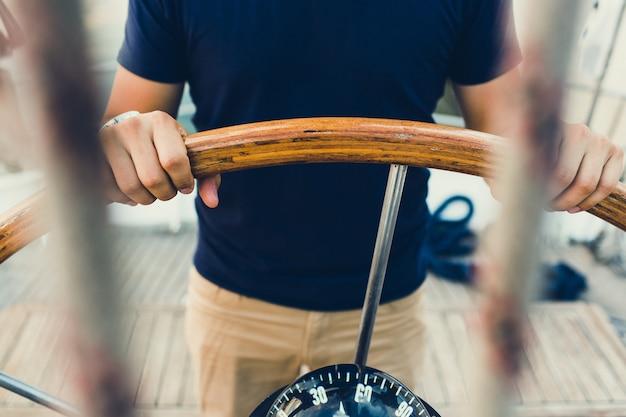 Piloto de barco à vela, seguindo a bússola