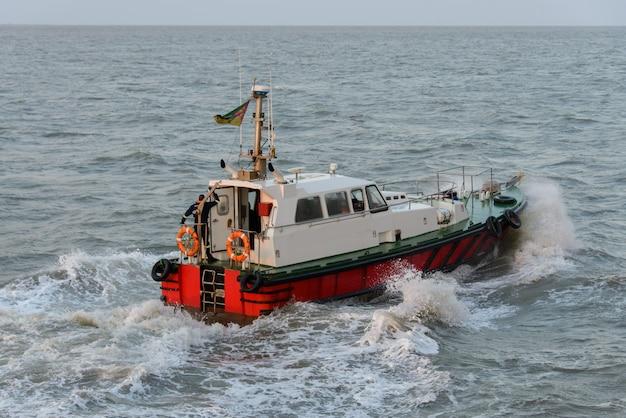 Piloto de barco no mar