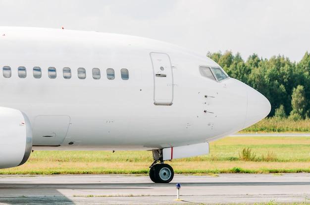 Piloto de cabine ao lado do taxiamento no aeroporto