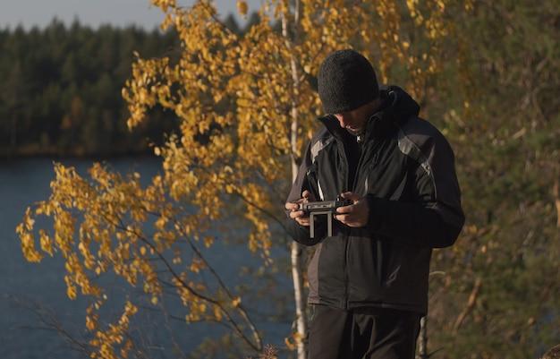 Piloto de drone em um cenário de outono. filmagem aérea de cenas de outono