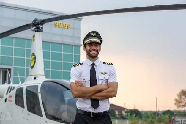 Piloto de helicóptero em uniforme a sorrir