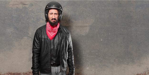 Piloto de moto chorando triste