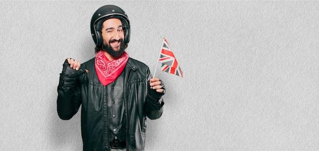 Piloto de moto com bandeira da inglaterra