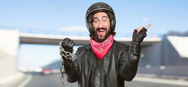 Piloto de moto com corrente de aço