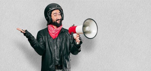 Piloto de moto com um megafone