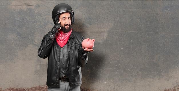 Piloto de moto com um piggybank