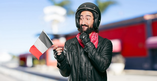 Piloto de moto com uma bandeira da frança