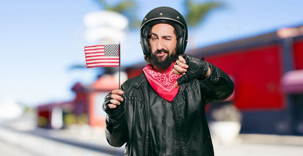 Piloto de moto com uma bandeira dos eua