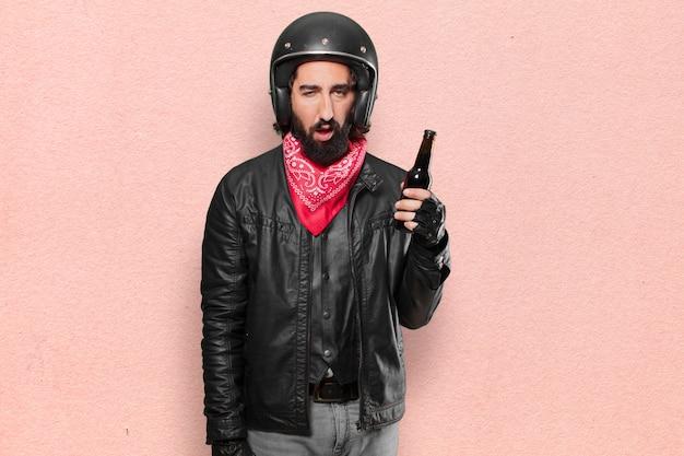 Piloto de moto com uma garrafa de cerveja