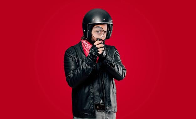 Piloto de moto com uma lupa
