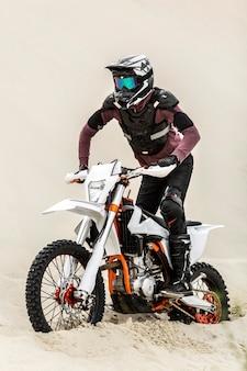 Piloto de moto elegante com capacete