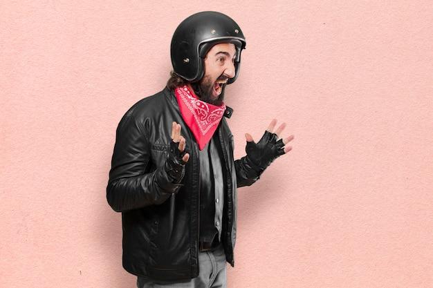 Piloto de moto gritando e irritado
