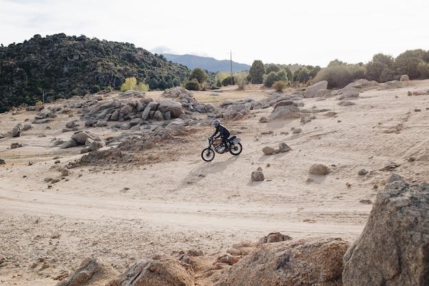 Piloto de motocicleta em pista de cascalho offroad