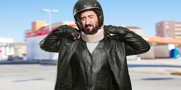 Piloto de motocicleta vítima acirrada