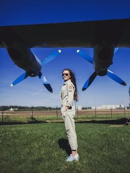 Piloto de mulher atraente usando óculos de sol