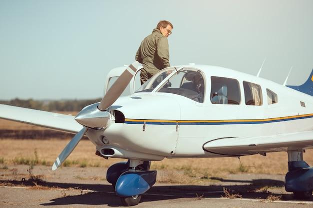 Piloto e avião de pequenas empresas