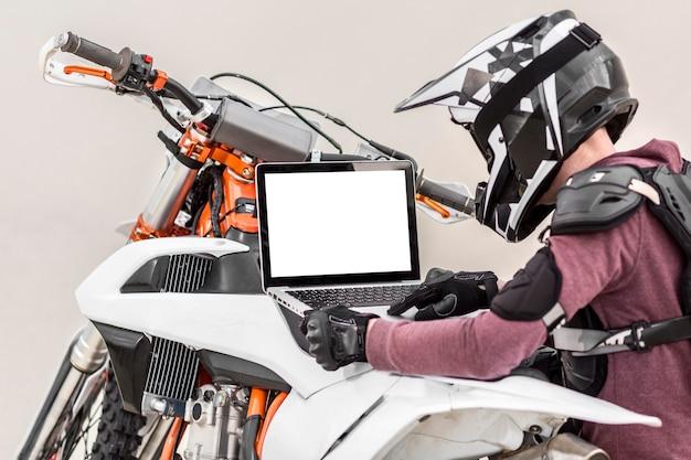 Piloto elegante tentando diagnosticar um problema de moto