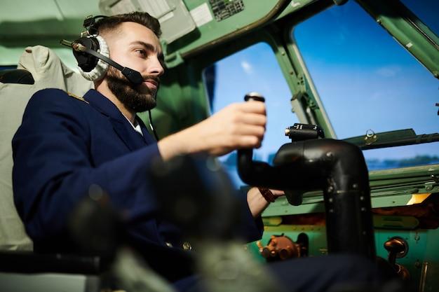 Piloto em cabine de avião