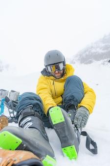 Piloto livre desfrutando da neve
