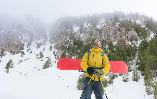 Piloto livre subindo a montanha com seu snowboard