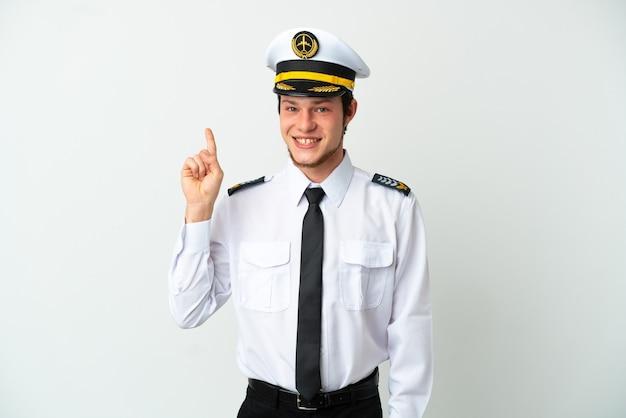 Piloto russo de avião isolado em fundo branco mostrando e levantando um dedo em sinal dos melhores