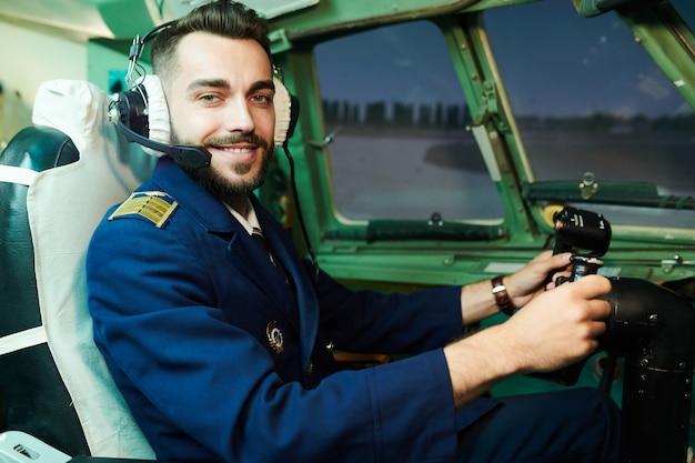 Piloto sorridente no avião