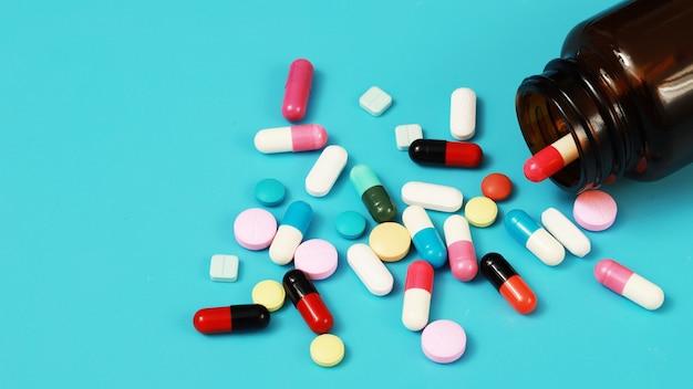 Pílula, remédio, mulher tomando remédio para curar doenças