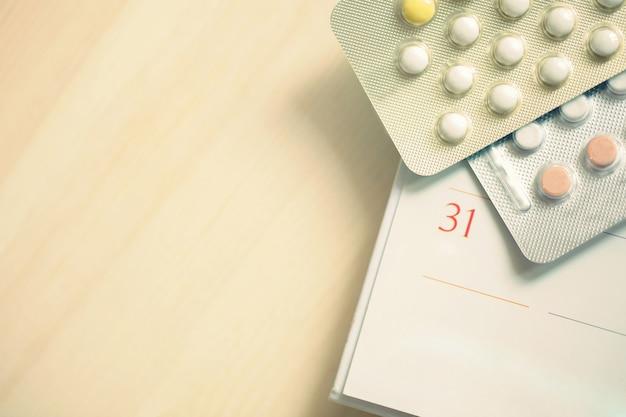 Pílulas anticoncepcionais na data do calendário.