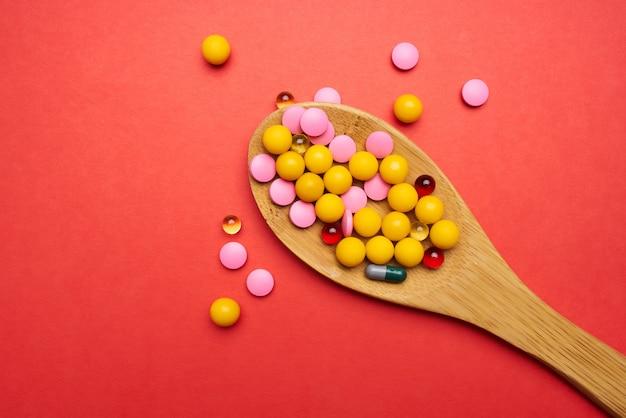 Pílulas colheres multicoloridas tratamento medicamento farmacologia