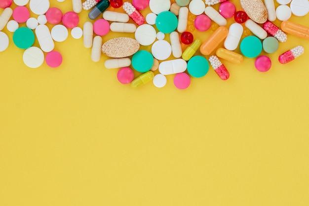 Pílulas coloridas, cápsulas. terapia, prevenção da gripe, ataque viral, resfriados, antibióticos e vitaminas.