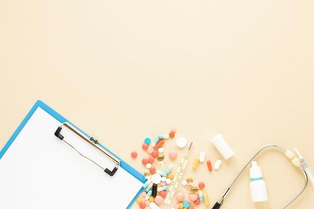 Pílulas coloridas de vista superior com espaço de cópia