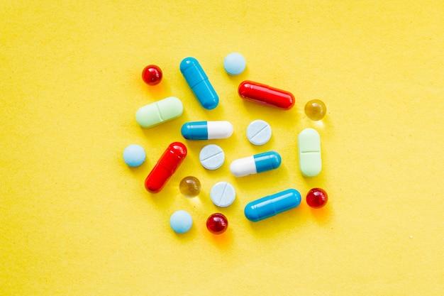 Pílulas coloridas e drogas em close-up. comprimidos e cápsulas em medicina