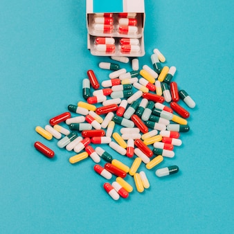 Pílulas coloridas e pacote