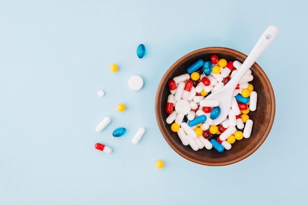 Pílulas coloridas na tigela