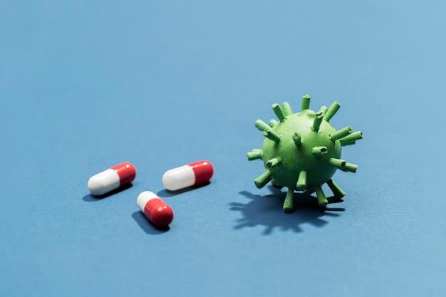 Pílulas de alto ângulo ao lado de bactérias virais