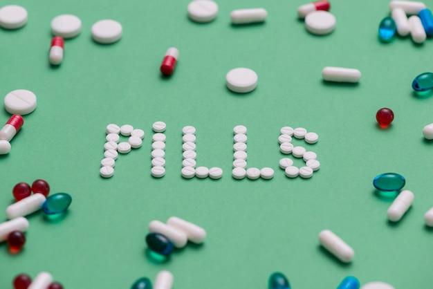 Pílulas de alto ângulo sobre fundo verde