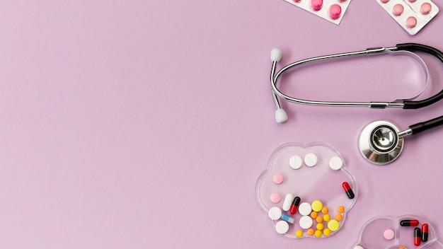 Pílulas de cópia-espaço e estetoscópio