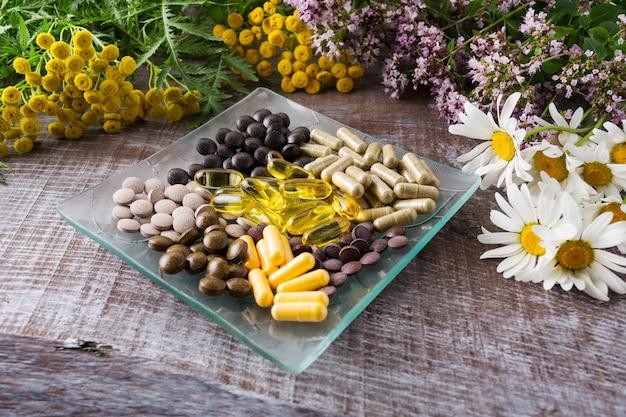 Pílulas de ervas ayurvédicas como conceito de vida saudável