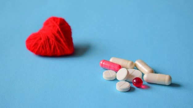 Pílulas de pressão arterial. branco e vermelho vários comprimidos