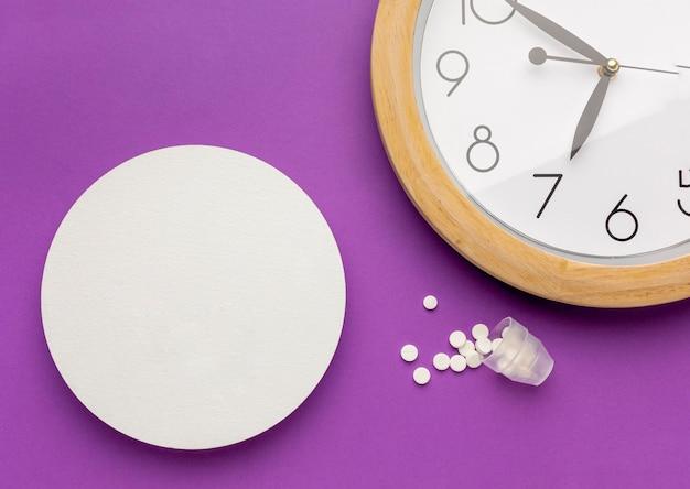Pílulas de vista superior com relógio