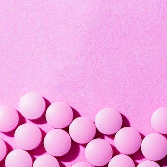 Pílulas de vista superior em fundo roxo