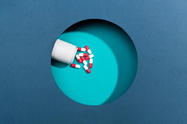 Pílulas de vista superior na mesa