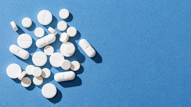 Pílulas de vista superior sobre fundo azul